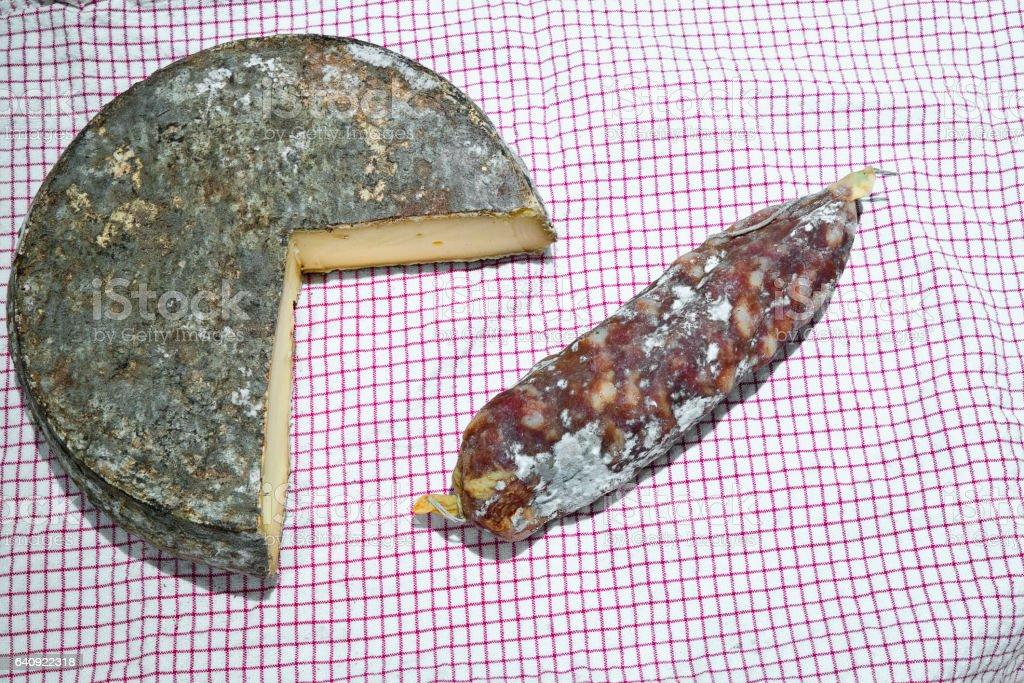 Saint-Nectaire fermier et saucisson stock photo