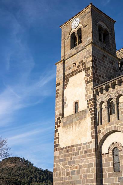 saint-nectaire's church - chaine des puys photos et images de collection