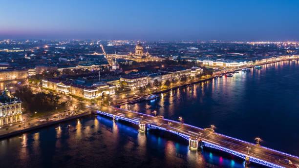 sint-petersburg cityscape isaacs kathedraal, admiraliteit, palace bridge, luchtfoto 's morgens weergave van sint-petersburg, rusland. - neva stockfoto's en -beelden