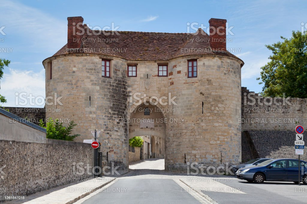 Saint-Pierre gate in Château-Thierry Château-Thierry, France - July 23 2020: The Saint-Pierre gate is a 13th century city gate allowing to access the fortified town. Aisne Stock Photo