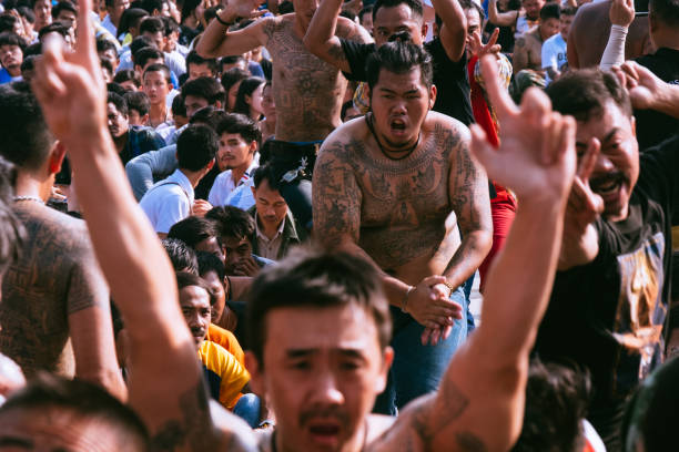 sak yant besaß anhänger während der sak yant festival am wat bang phra - buddhist tattoos stock-fotos und bilder