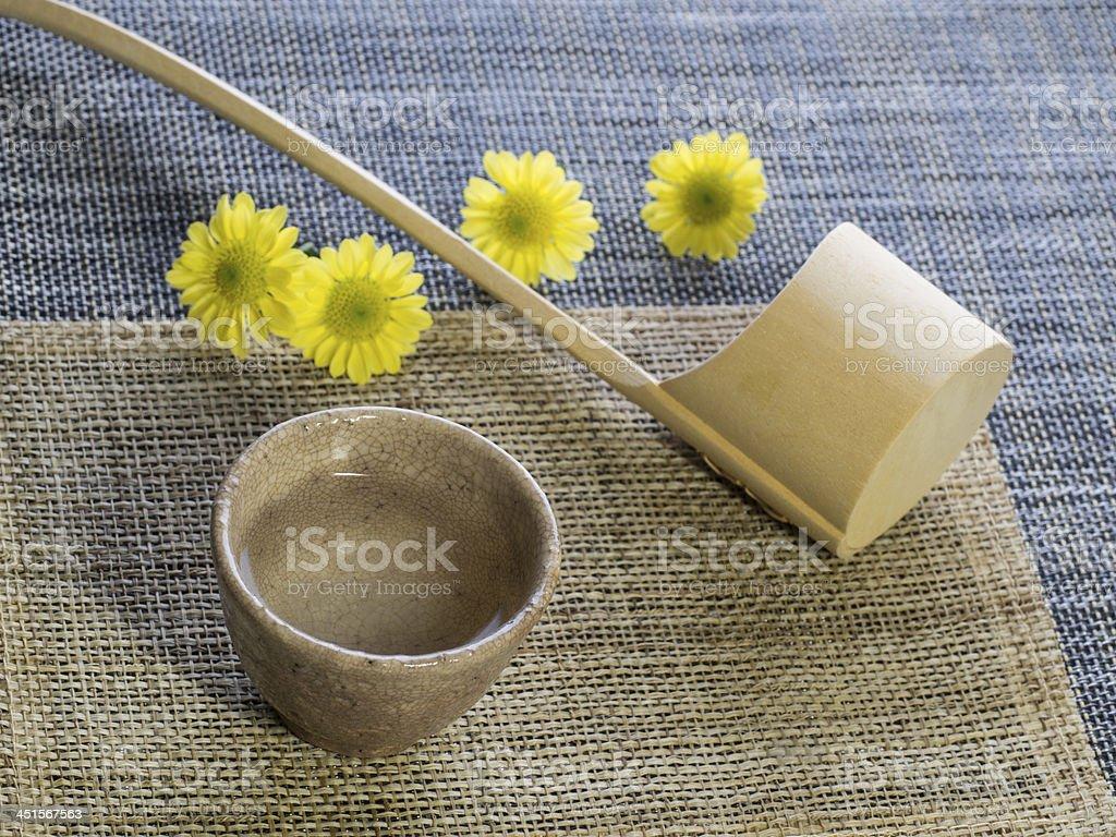 Sake und hölzerne Kelle-Küchenutensil – Foto