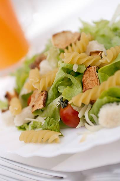 salate und pasta - gemüsenudelschneider stock-fotos und bilder