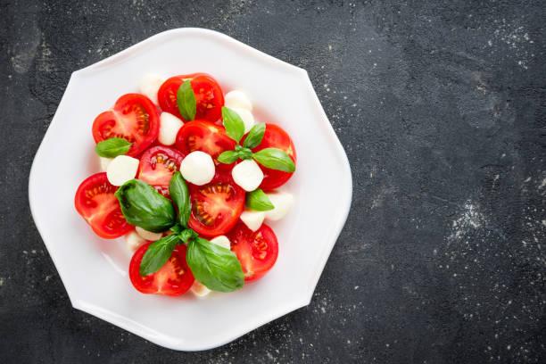 salat caprese. gesundes gemüse vegetarisches essen. ansicht von oben, textfreiraum - caprese salat stock-fotos und bilder