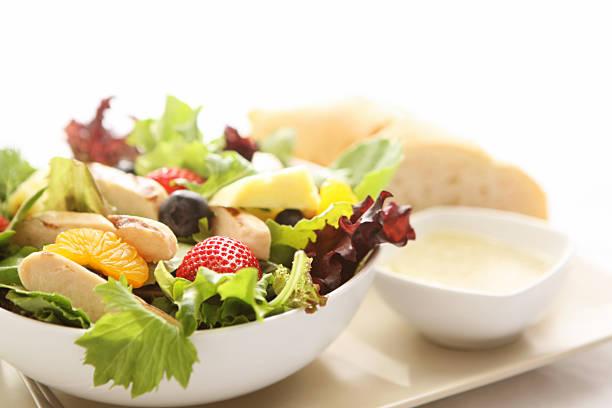 salat zum mittagessen - ananas huhn salate stock-fotos und bilder
