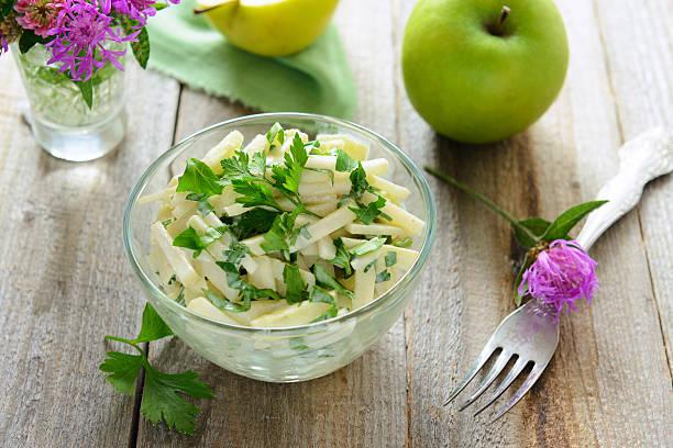 Salat von cohlrabi und Äpfel mit yougurt – Foto