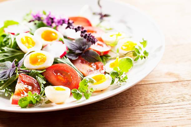 salat mit kräutern und wachteln eier - wachtelei stock-fotos und bilder