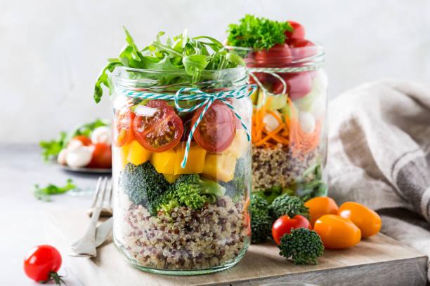 salat im glas mit quinoa - rustikale einweckgläser stock-fotos und bilder