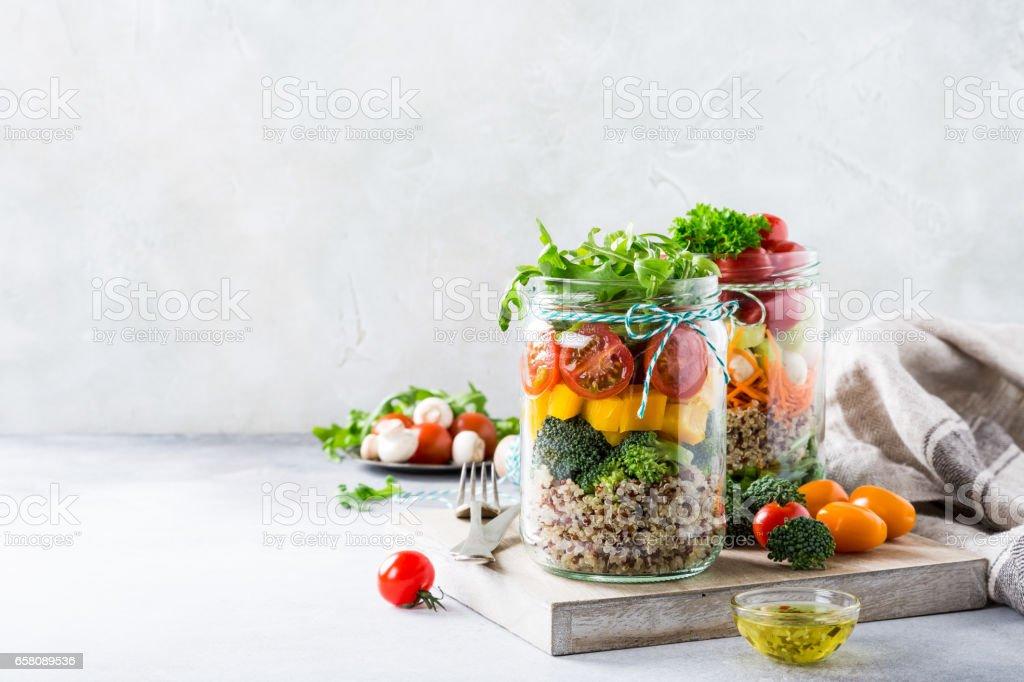 Salade en pot de verre avec du quinoa photo libre de droits