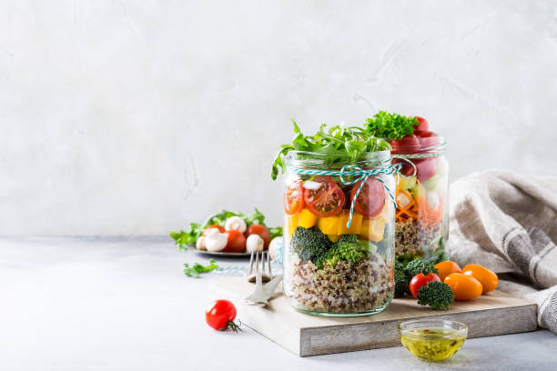 salad in glass jar with quinoa - antiossidante foto e immagini stock