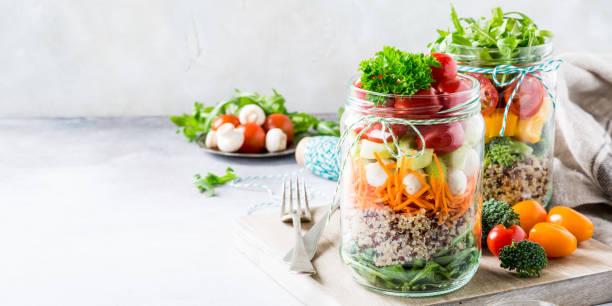 salat im glas mit quinoa - quinoa superfood stock-fotos und bilder