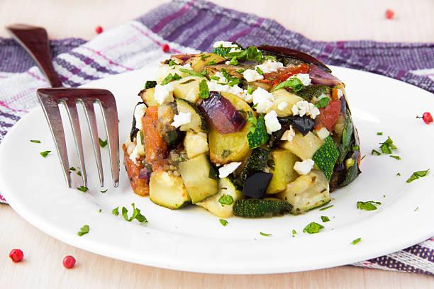 gebackene gemüse-salat mit feta-käse auf teller - ofengemüse mit feta stock-fotos und bilder