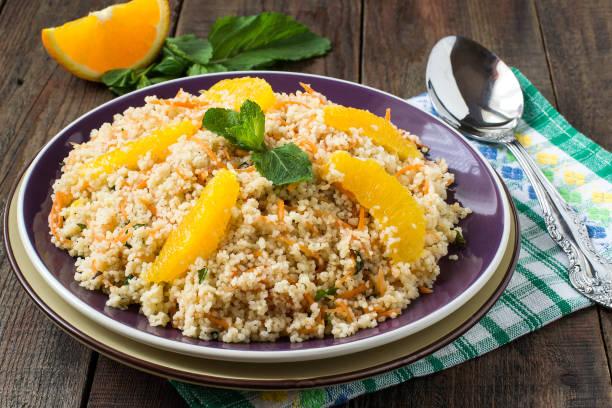salat von krümelig couscous mit möhren, orange und minze - couscous salat minze stock-fotos und bilder
