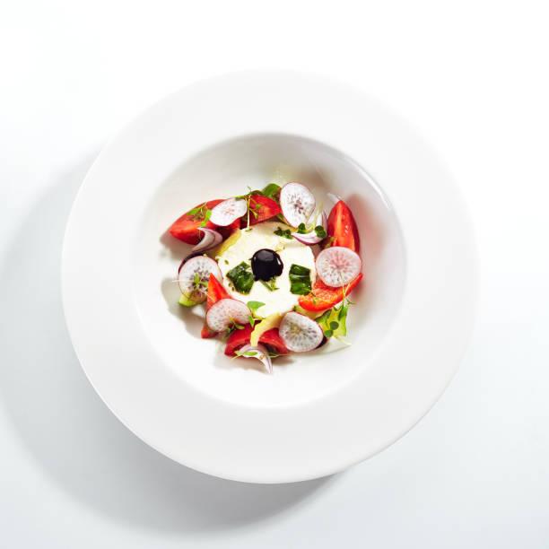 Salat aus frischem Gemüse und Ricotta-Käse mit Kräutern – Foto