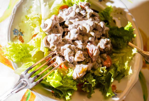 Salada de alface com maionese de batatas. Foco seletivo. - foto de acervo