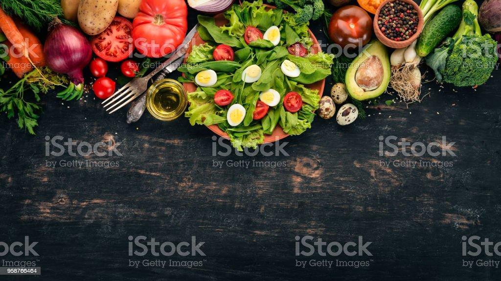 サラダほうれん草とウズラの卵の木製の背景に。健康食品。平面図です。領域をコピーします。 - おやつのロイヤリティフリーストックフォト