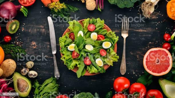 Foto de Salada De Espinafre E Codorna Ovos Em Um Fundo De Madeira Alimentação Saudável Vista Superior Copie O Espaço e mais fotos de stock de Abacate