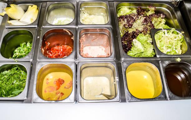 salat-rack - küchenorganisation stock-fotos und bilder