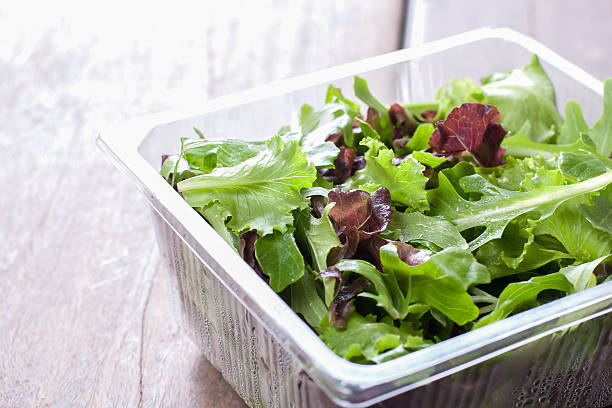 salad, ready to eat from the supermarket. - gemaksvoedsel stockfoto's en -beelden