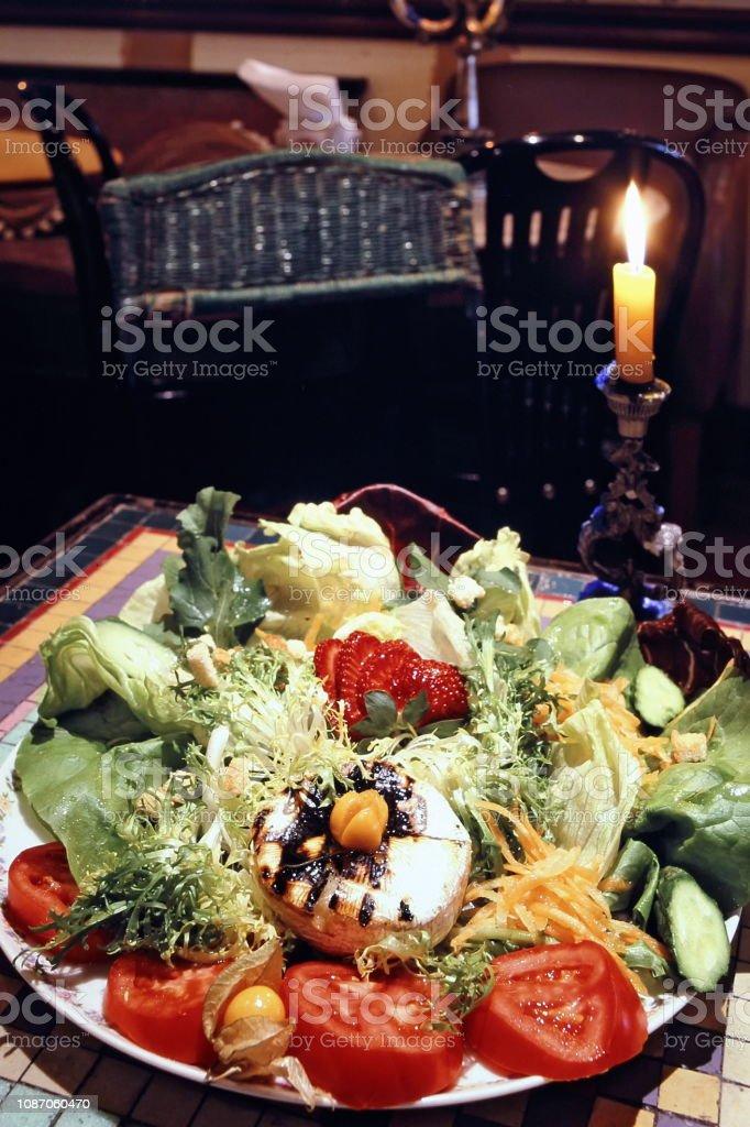 salada com queijo brie e morangos 2 stock photo