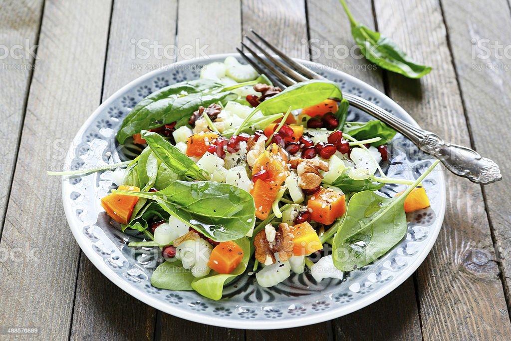 Ensalada con verde apio y calabaza, espinacas - Foto de stock de Alimento libre de derechos