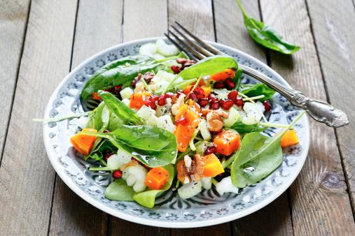 Ensalada Con Verde Apio Y Calabaza Espinacas Foto de stock y más banco de imágenes de Alimento