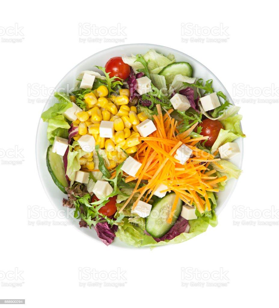 Salat mit Käse und frischem Gemüse isoliert auf weißem Hintergrund – Foto