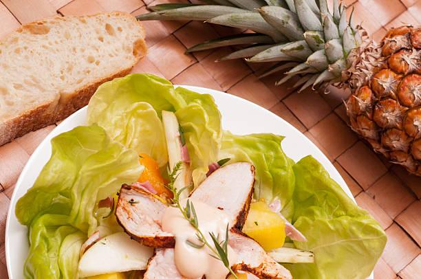 salat mit hühnchen und obst - ananas huhn salate stock-fotos und bilder