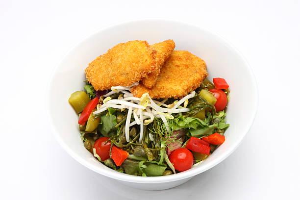salat mit hühnchen schnitzel - kürbisschnitzel stock-fotos und bilder