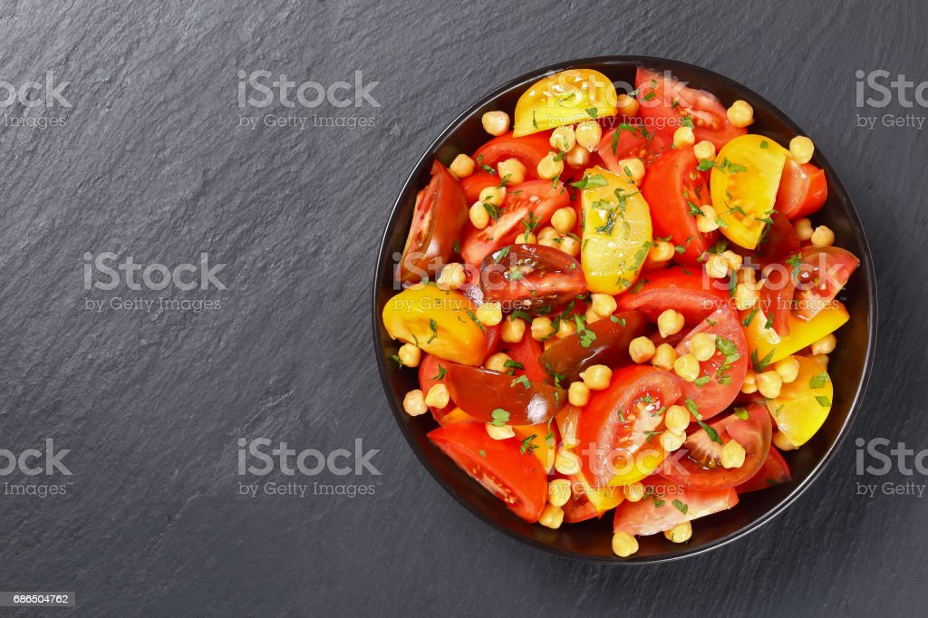 salad with chickpea  in black bowl foto stock royalty-free