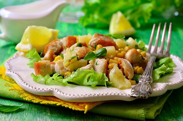 salat mit gebratenem hühnchen, ananas und süßem mais. - ananas huhn salate stock-fotos und bilder