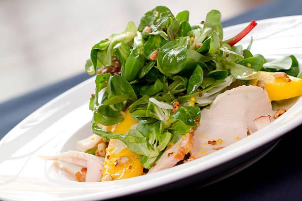Salat mit geräucherter Hähnchenbrust und mango, dazu avocado-&. – Foto
