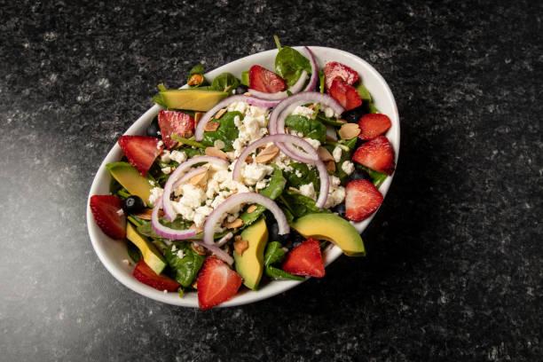 çilek ve avokado Restoran gıda ile salata stok fotoğrafı