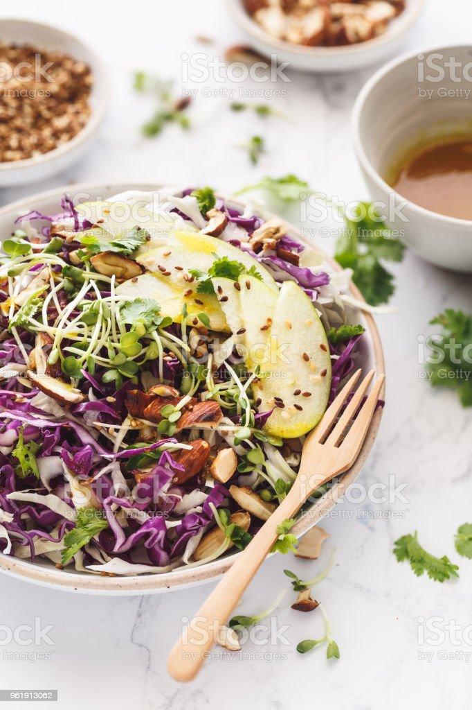 Salade de Chou Rouge et Blanc, Amande, Pomme  Verte. Sala de Végétarienne stock photo