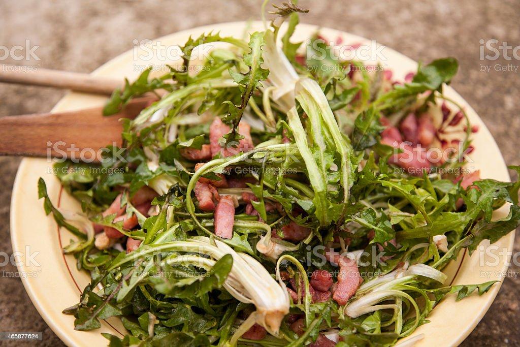 Salade de pissenlits, bacon, Assiette stock photo