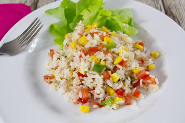 salade de riz froide assiette de salade de riz et légumes à la vinaigrette riz stock pictures, royalty-free photos & images