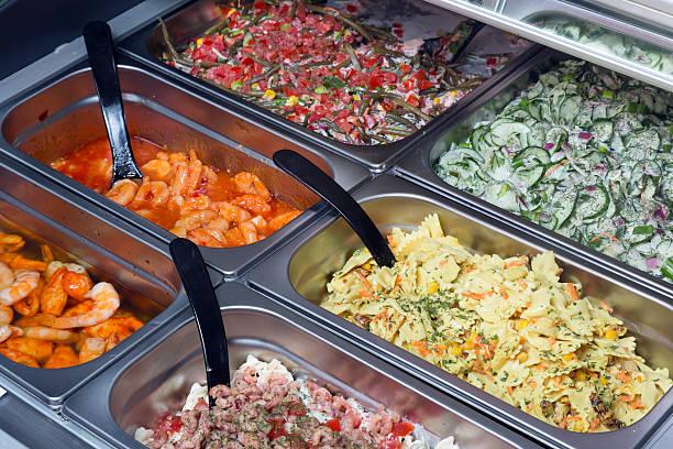 salate für den verkauf - pasta deli stock-fotos und bilder