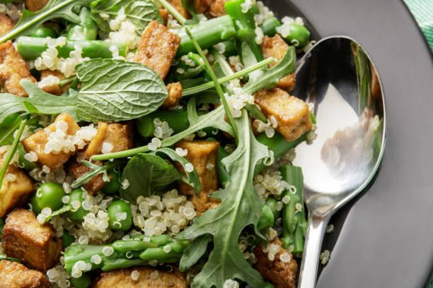 Salades: Salade de Quinoa avec Tofu, asperges, roquette et menthe - Photo