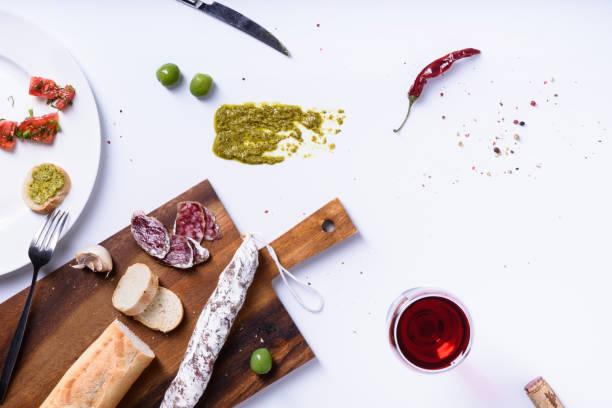 baguette de salami y aceitunas. snack de fuet español tradicional. sobre el punto de vista, - fuet sausages fotografías e imágenes de stock
