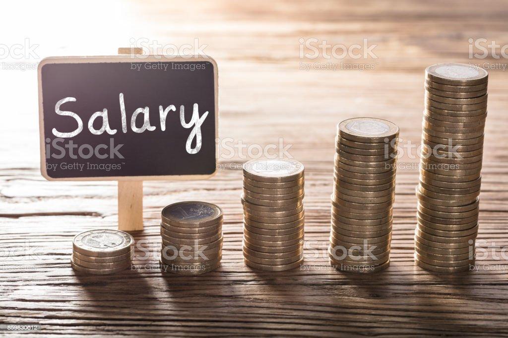 Text der Gehalt an kleine Tafel mit Münze Stack – Foto