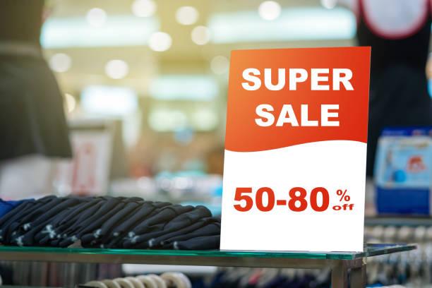 verkauf 50-80 % rabatt mock bis werben anzeigeeinstellung rahmen über der kleidung linie und schwimmen anzug im shopping kaufhaus für shopping, business-mode und werbung-konzept - klavier verkaufen stock-fotos und bilder