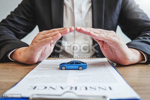 539841066istockphoto Sale agent protection Car insurance and collision damage concept 1173046895