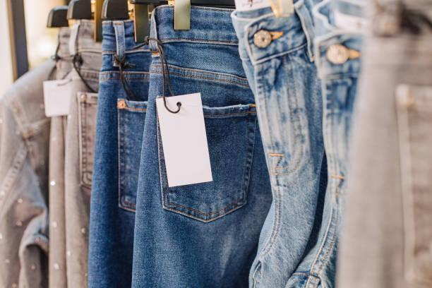 verkoop assortiment denim collection stand boutique shop - kledingwinkel stockfoto's en -beelden