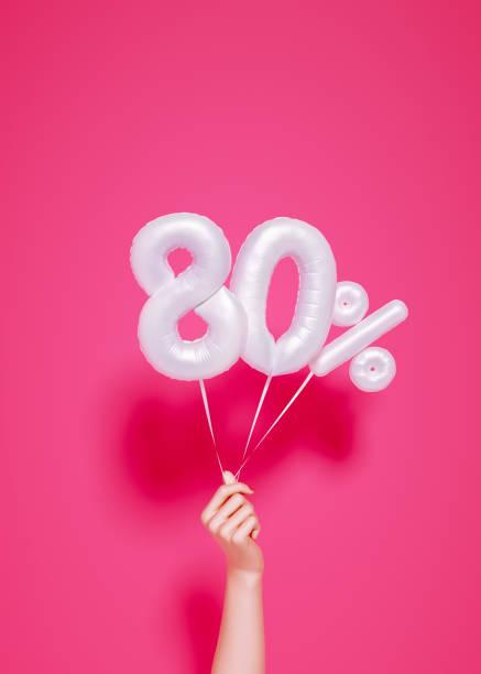 80 % verkauf banner weiße ballons und halten hand - wie lange leben fliegen stock-fotos und bilder
