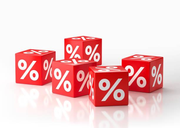 Conceito de venda - cubos vermelhos com símbolos de porcentagem - foto de acervo