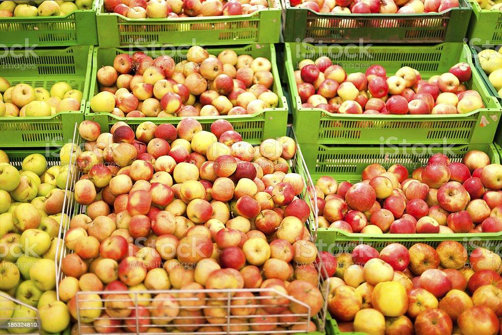 Verkauf von Äpfeln im Supermarkt – Foto
