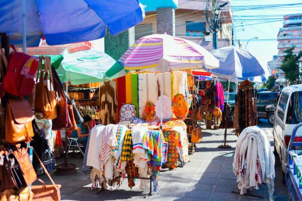 Verkauf von Kleidung und Souvenirs auf dem lokalen Markt, Asuncion, Paraguay – Foto
