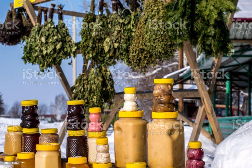 verkoop van honing en bad bezems op de teller op de straat in de winter - Royalty-free Badhuis Stockfoto