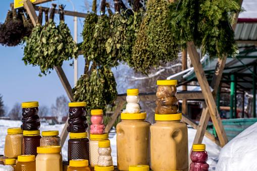 Verkoop Van Honing En Bad Bezems Op De Teller Op De Straat In De Winter Stockfoto en meer beelden van Badhuis