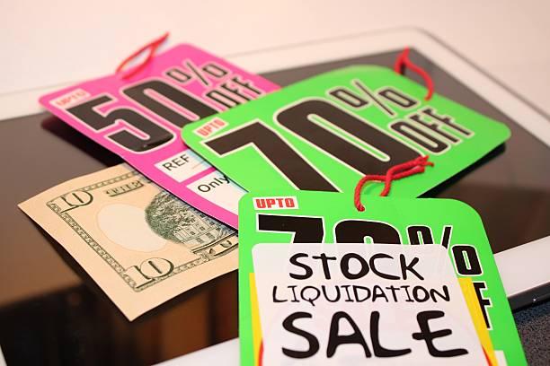 verkaufspreis-tags und geld gespart - flyer inspiration stock-fotos und bilder